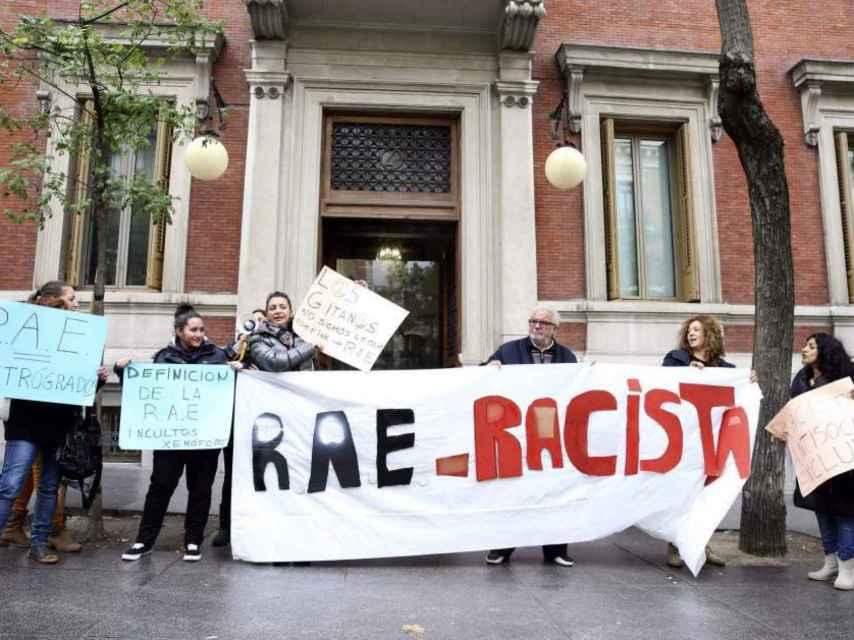 La Asociación Gitanas Feministas por la Diversidad ante la sede la RAE, protestan por la definición de gitano y gitanería.