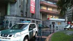 Agentes de la UCO en la sede de UGT en Asturias