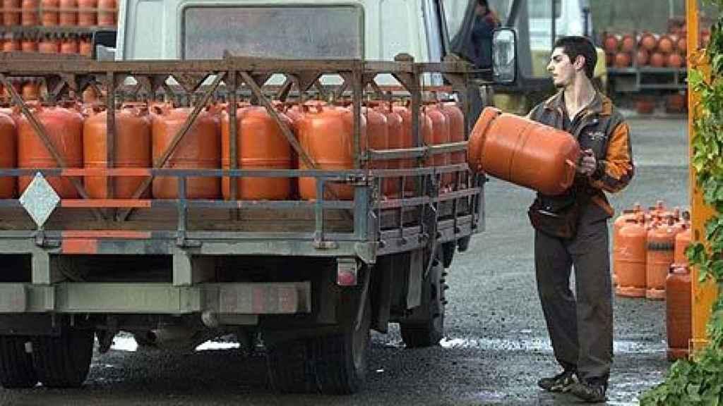 Un camión lleno de bombonas de butano en una imagen de archivo.