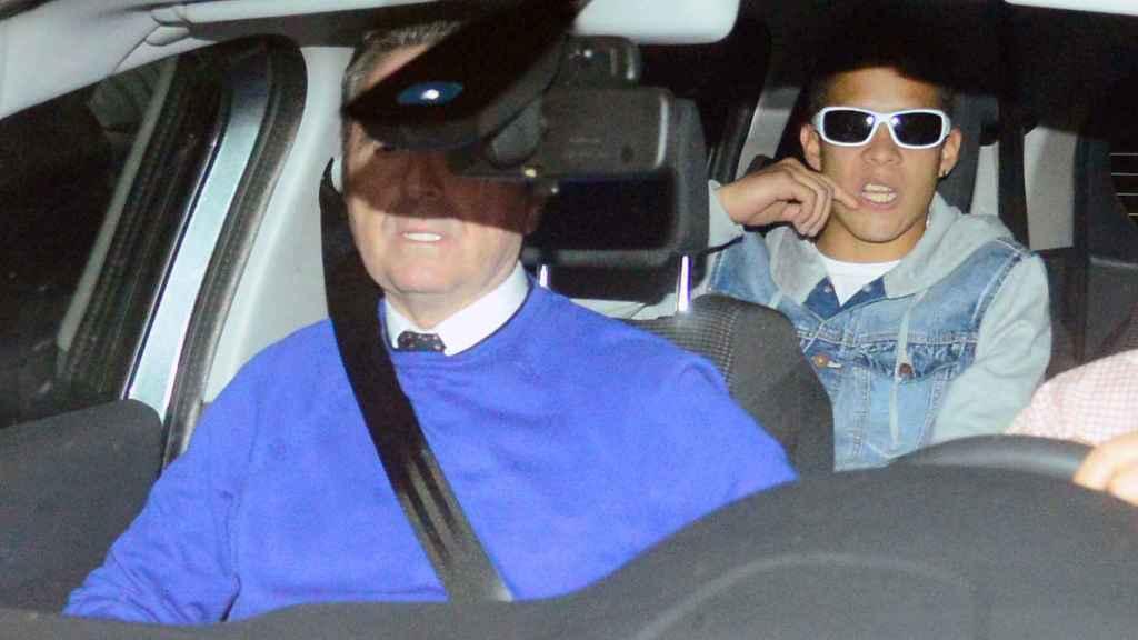 José Fernando en el coche con su padre.
