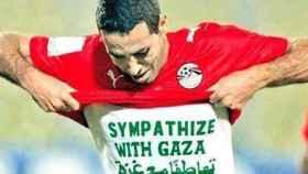 Abu Trika celebra un gol exhibiendo una camiseta en apoyo al pueblo palestino.