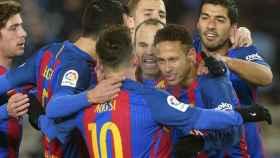 Los jugadores del Barcelona celebran el gol de Neymar en Anoeta.