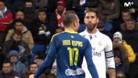 Sergio Ramos en el momento que escupe a Iago Aspas