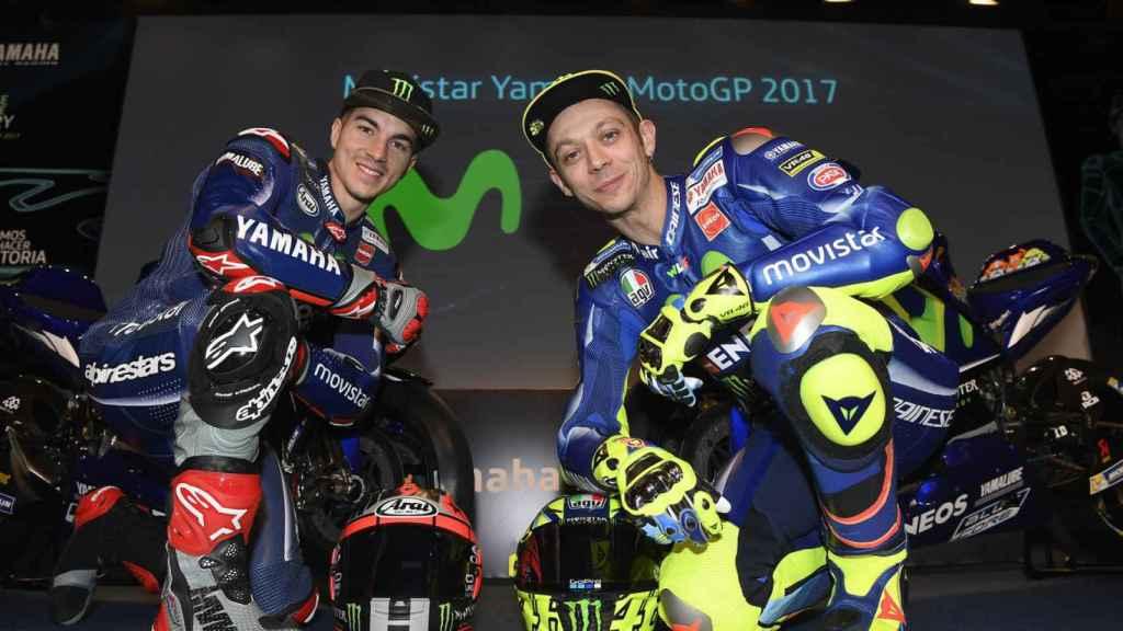 Maverick Viñales y Valentino Rossi, durante la presentación del equipo Movistar Yamaha 2017.