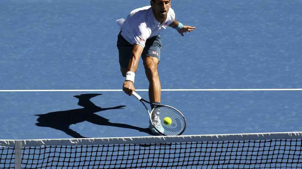 Djokovic trata de devolver una bola ante Istomin.