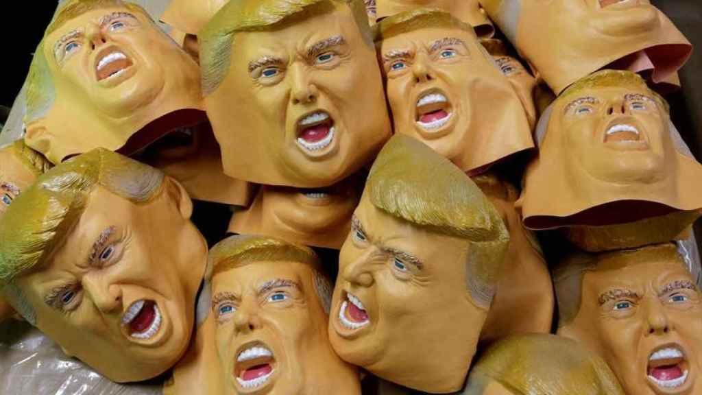 Máscaras de Trump en un taller de Japón días antes de su investidura como presidente de EEUU.