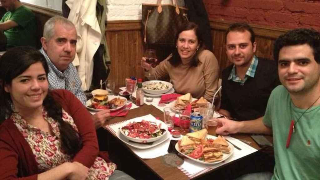 La familia Goicoechea disfruta de sus especialidades culinarias.