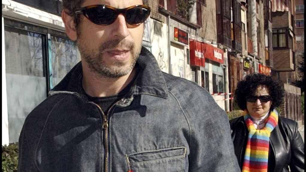 Antonio Vigo pasea por las calles de Madrid.