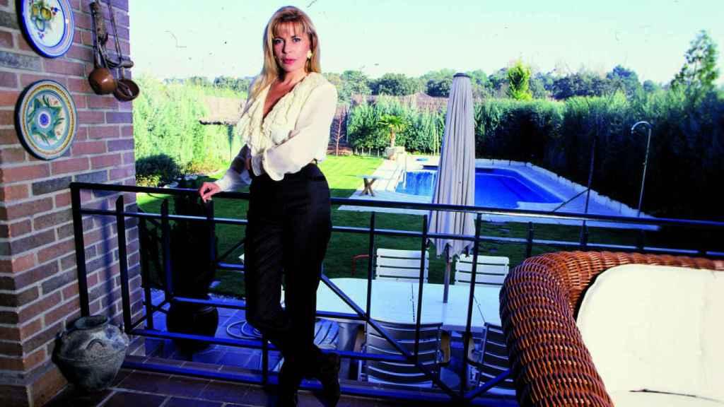 Bárbara Rey en su casa, junto a la piscina donde terminó la maleta del CESID.