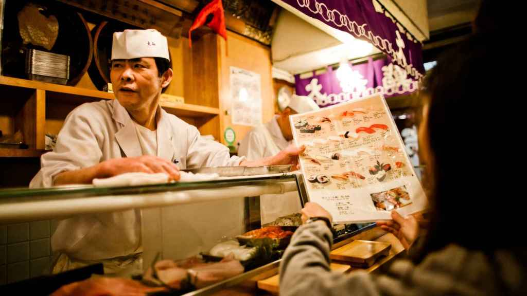 Un hombre vende sushi.