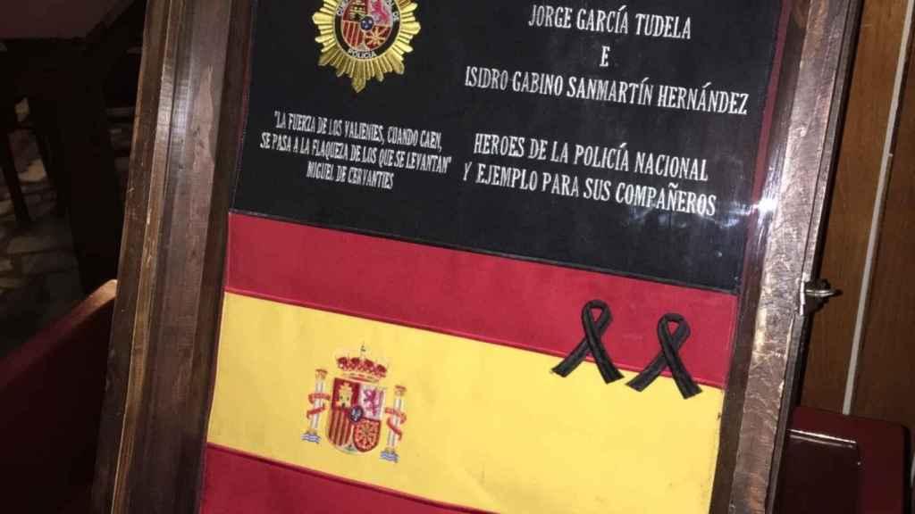 La placa en recuerdo de los agentes fallecidos.