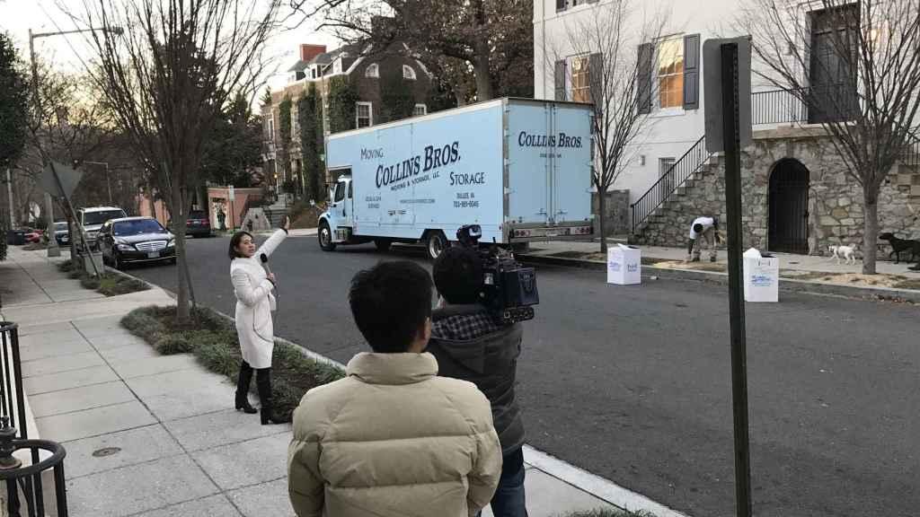 El equipo de una televisión japonesa graba la casa del matrimonio Kushner-Trump.