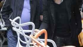 El diseñador industrial visita una exposición junto a Lenny Kravitz.