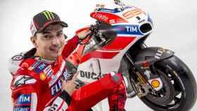Jorge Lorenzo posa vestido de rojo junto a su nueva Ducati Desmosedici.
