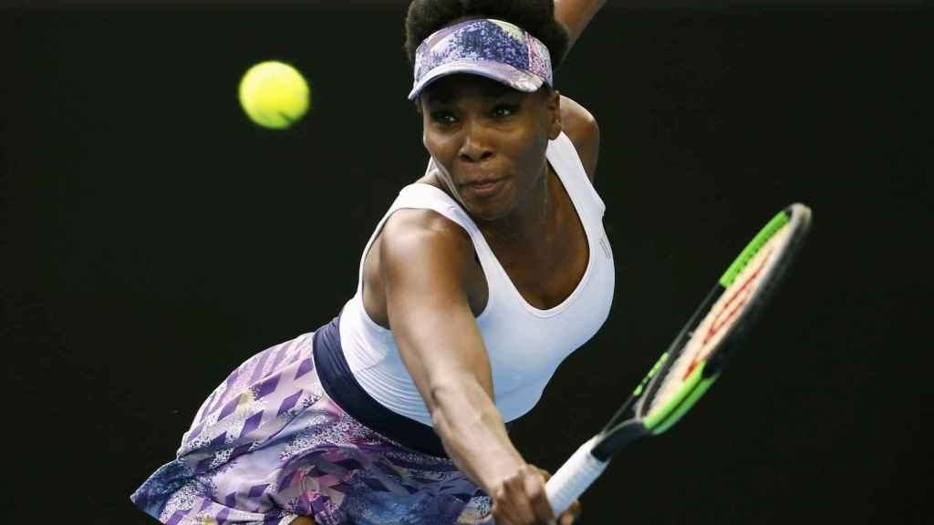 Venus Williams devuelve una bola en Australia.