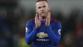 Rooney aplaude tras el partido de su récord.