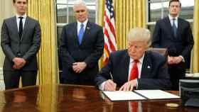 Trump, durante la firma.