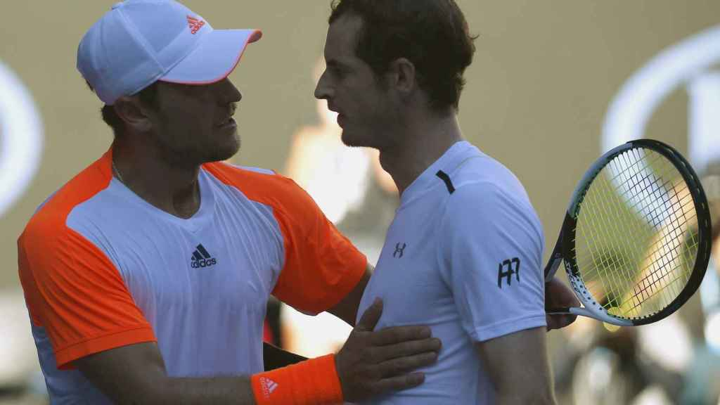 Zverev saluda a Murray tras su victoria.