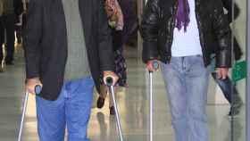 Ortega Cano con su hermano Eugenio saliendo de un hospital.