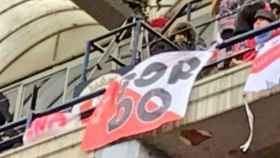 Pancarta en apoyo a El Prenda por parte de la afición del Sevilla en El Sadar de Pamplona.