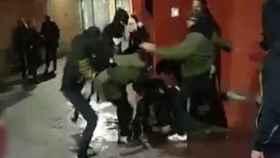 Los agresores patean a la joven en Murcia.