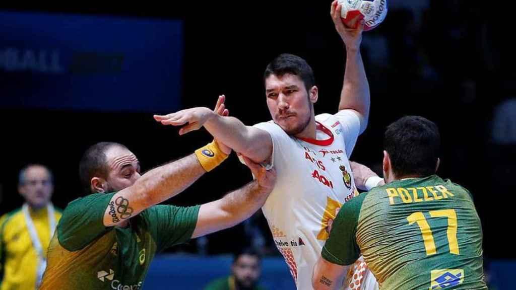 Alex Dujshebaev dispara entre varios defensores.