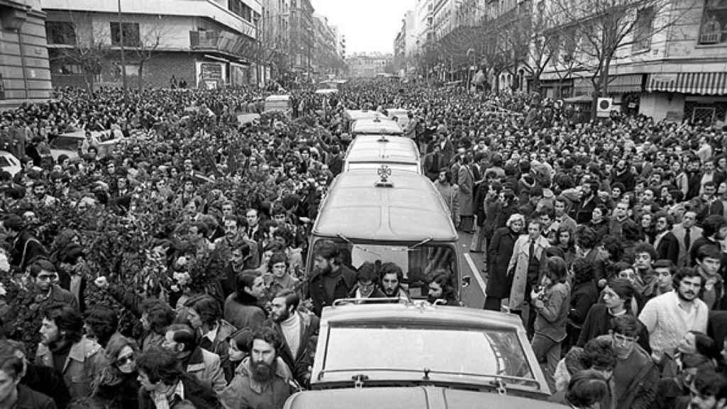 Los madrileños salen a la calle tras la matanza de Atocha en 1977.