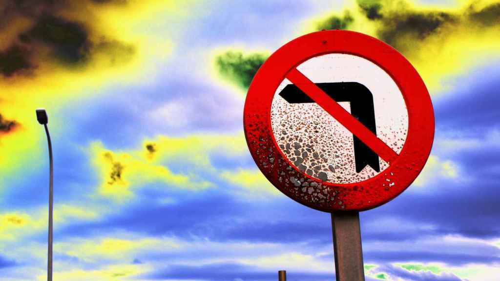 Una señal que prohíbe girar a la izquierda.