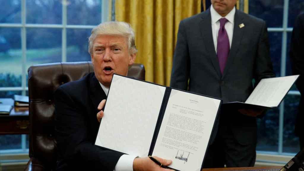 Trump muestra su orden ejecutiva para sacar a EEUU del TPP.