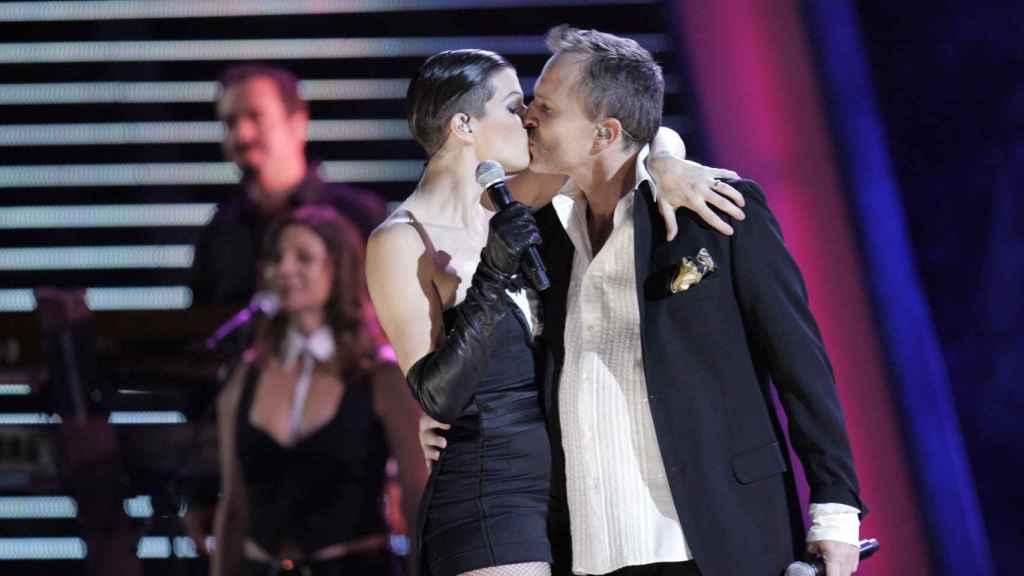 Miguel Bosé y la modelo Bimba Bosé durante una actuación en la 8 Edición de los Grammy Latinos 2007.