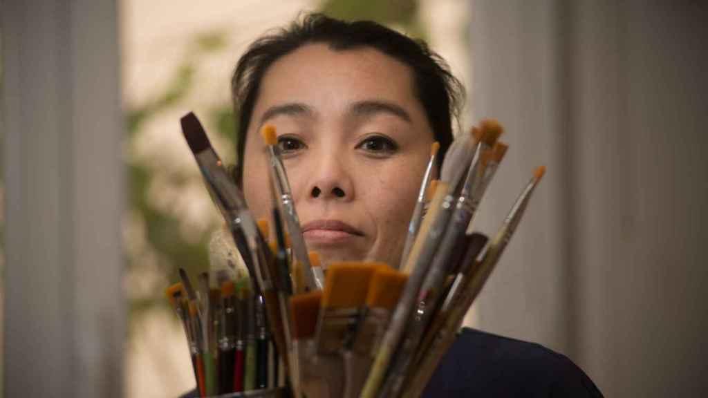 Fumiko Negishi en su estudio, antes de partir para Valencia con su obra.