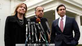 La consejera delegada de GM, Mary Barra, y sus homólogos de Fiat Chrysler, Sergio Marchionne; y de Ford, Mark Fields.