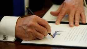 Trump, firmando el decreto este martes