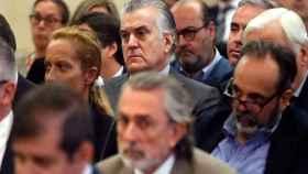 Luis Bárcenas, en el banquillo del juicio por el caso Gürtel. Delante, Correa.