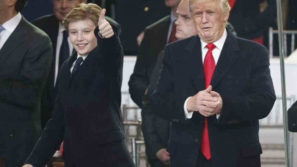 Barron con su padre Donald Trump en la toma de posesión como nuevo presidente de los Estados Unidos.