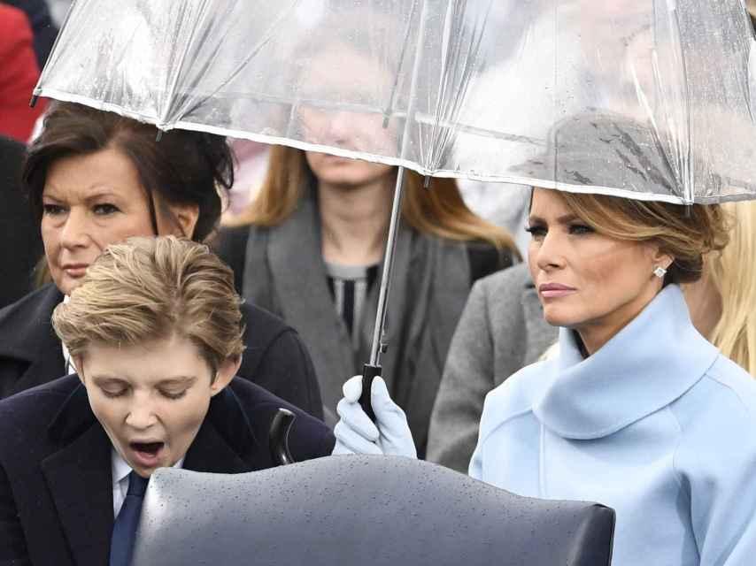 El hijo pequeño de los Trump bostezando durante la toma posesión de su padre.