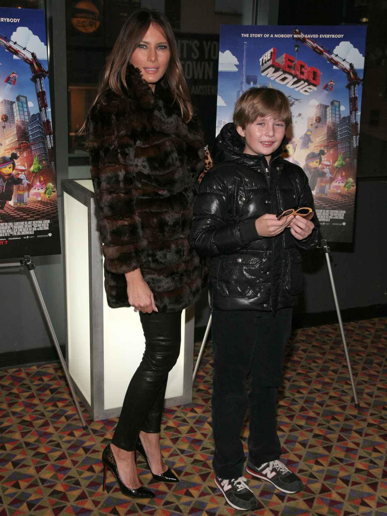 Melania Trump junto a su hijo Barron en el cine.