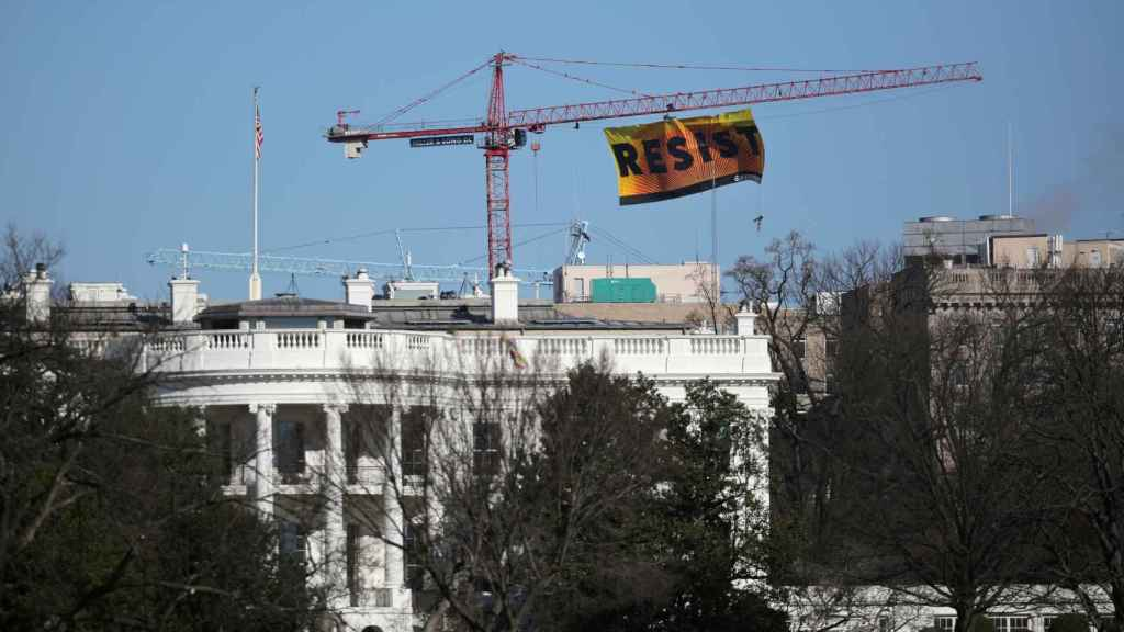 Cartel de Greenpeace junto a la residencia oficial de Trump