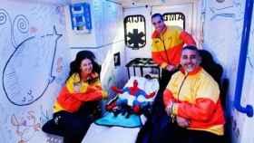 Interior de una ambulancia pediátrica con técnicos de transporte sanitario.
