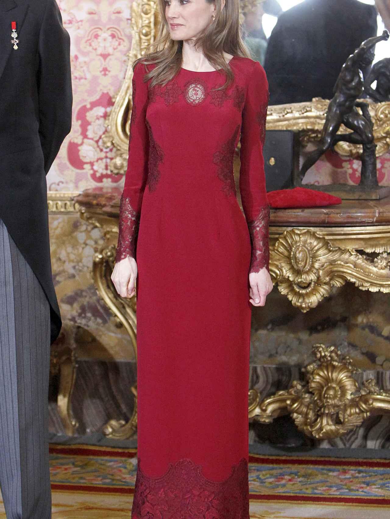 La reina Letizia, en la recepción de 2013 con el vestido firmado por Varela.