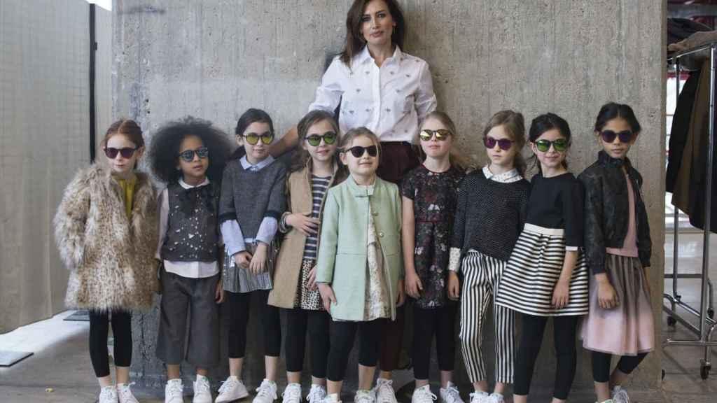 Nieves Álvarez posa con las niñas que lucieron la colección de N+V para el próximo Otoño/Invierno