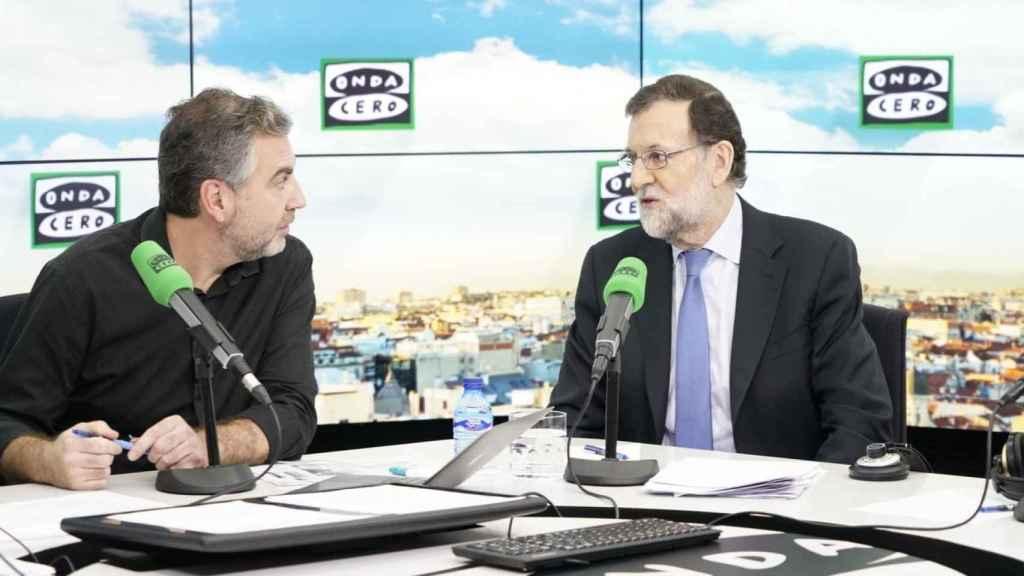 Mariano Rajoy junto al periodista Carlos Alsina en el estudio de Onda Cero en una imagen de archivo.