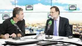 Mariano Rajoy junto al periodista Carlos Alsina en el estudio de Onda Cero