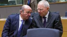 Guindos conversa con el ministro alemán Wolfgang Schäuble durante el Eurogrupo