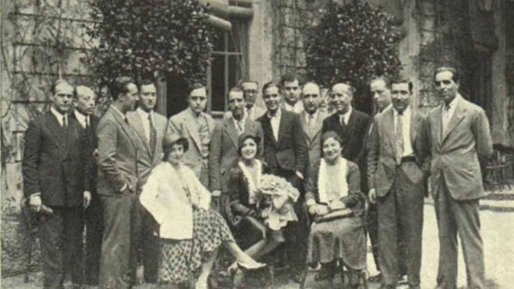 Un grupo de periodistas cinematográficos saludan a la actriz Rosita Moreno, María Luz Morales es la primera sentada a la izquierda, septiembre de 1931.