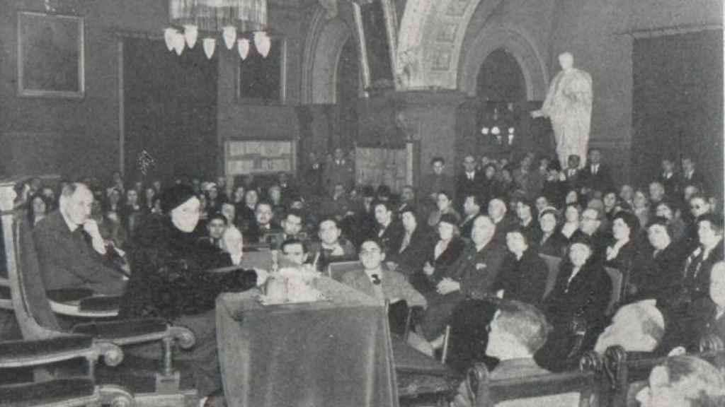 Impartiendo una conferencia en el Ateneo barcelonés en 1932.