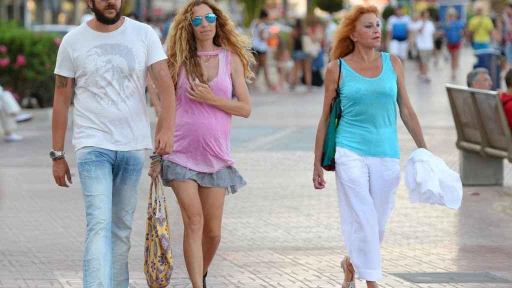 Borja, Blanca y la baronesa, por las calles de Ibiza