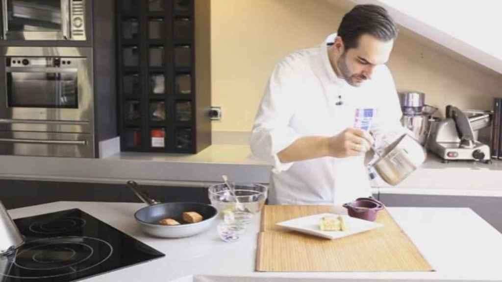 El cocinero elaborando uno de sus platos