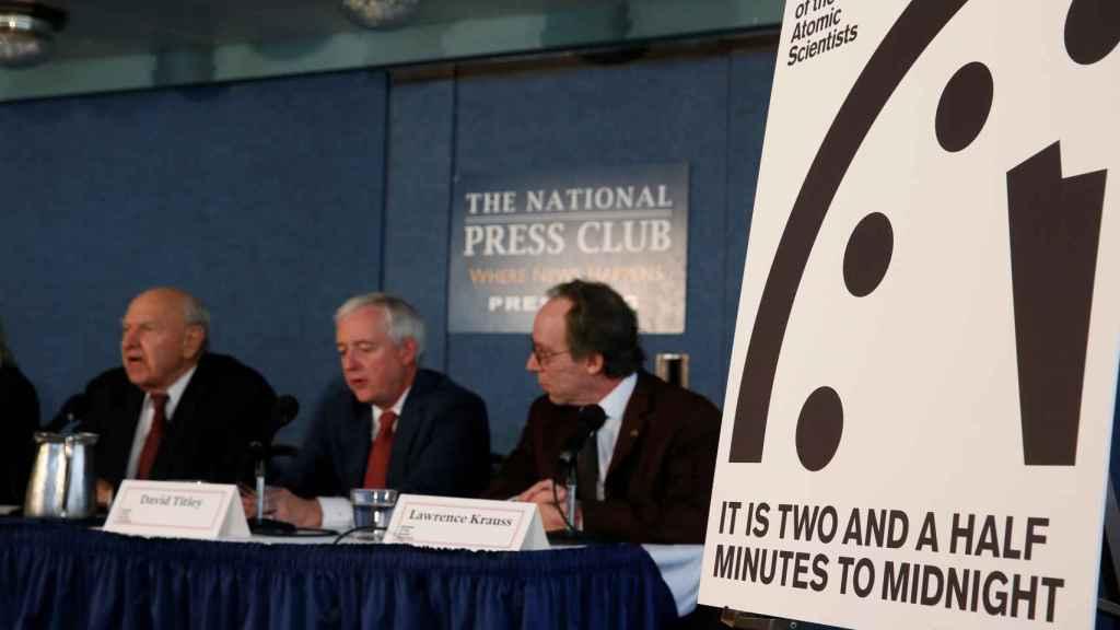 Krauss (derecha) y sus compañeros durante la conferencia de prensa.