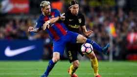 Messi  y Godín, en un partido de la temporada pasada.
